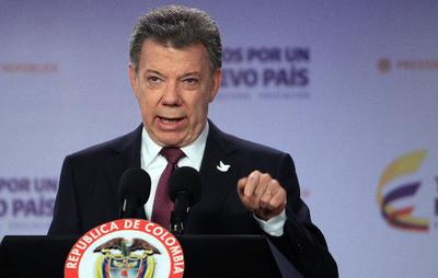 BOGOTÁ (COLOMBIA).- El presidente colombiano, Juan Manuel Santos, habla, durante una conferencia de prensa en Palacio de Nariño en Bogotá (Colombia). Santos ratificó en el cargo al jefe del equipo de paz del Gobierno, Humberto de la Calle, y lo nombró, junto con los ministros de Relaciones Exteriores y de Defensa, interlocutor con la oposición para reconducir la negociación con las FARC. EFE