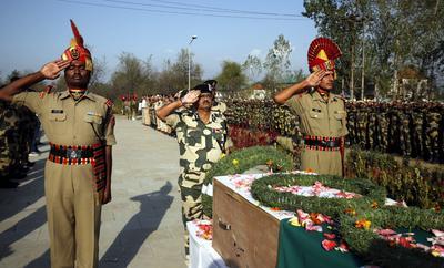 """BARAMULLA (INDIA).- Oficiales de guardafronteras indios (BSF) muestran sus respetos cerca del ataúd que contiene el cuerpo de un compañero, durante una ofrenda floral en la sede de los BSF en Humhama, en Srinagar, capital de verano de la Cachemira India. Un soldado guardafronteras indio ha muerto y otro ha resultado herido en un ataque de supuestos """"terroristas"""" contra un campamento de soldados del 46 batallón de Rifles Rahstriya acontecido ayer, en el distrito cachemir de Baramulla, cerca de la Línea de Control (LoC) que fija la frontera entre la India y Pakistán. EFE"""