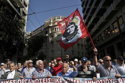 ATENAS (GRECIA).- Pensionistas griegos sostienen una bandera del Che Guevara durante una manifestación de asociaciones de jubilados que protestan contra los recortes en las pensiones y que pretende llegar a la sede del Ejecutivo del primer ministro Alexis Tsipras, en Atenas, Grecia. La policía griega disolvió la manifestación utilizando gases lacrimógenos. EFE