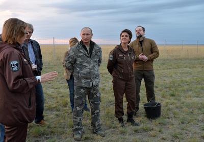 RUS02 OREMBURGO (RUSIA) 03/10/2016.- El presidente de Rusia, Vladimir Putin (3-d), y el ministro ruso de Recursos Naturales y Medio Ambiente, Sergei Donskoy (d), visitan el centro de reintroducción de caballos de Przewalskis en la Reserva Natural de Oremburgo, Rusia, hoy, 3 de octubre de 2016. Putin se encuentra en una gira de trabajo en Oremburgo. EFE/Alexei Druzhinin / Sputnik / Kre CRÉDITO OBLIGATORIO