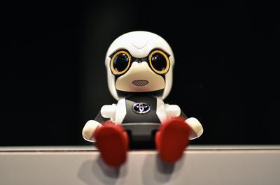 Tokio (Japón).- Una imagen puesta a disposición muestra un robot 'kirobo Mini' en la pantalla durante una rueda de prensa en Tokio, Japón. Toyota presentó este lunes a Kirobo Mini, está destinado a hacer compañía a los humanos para que no se sientan solos. Kirobo mini es capaz de tener conversaciones casuales, recordar eventos pasados y reaccionar a las emociones del usuario mientras su pequeño tamaño permite que el robot puede llevarlo en cualquier lugar. Mide solo 10 centímetros de altura y saldrá a la venta el 2017 en Japón por 39.800 yenes (unos US$400). EFE