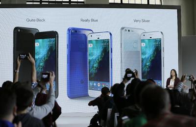 """Los dispositivos, descritos como los primeros teléfonos hechos por Google """"por dentro y por fuera"""", vienen en dos tamaños."""