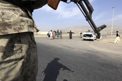 HERAT (AFGANISTÁN).- Un agente de seguridad afgano permanece en guardia en una carretera en Herat, Afganistán. Fuerzas Especiales afganas lograron expulsar hoy a los talibanes de la zona centro de Kunduz pero continúan los combates en diferentes puntos de esta ciudad del norte de Afganistán para repeler la ofensiva que los insurgentes lanzaron en la madrugada del lunes. Los talibanes han ido incrementando su presencia en el país desde que la OTAN acabó su misión militar el 1 de enero de 2015 y en estos momentos controlan alrededor de un tercio del país de acuerdo con fuentes estadounidenses. EFE