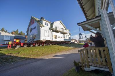 MALMBERGET (SUECIA).- Varias personas realizan fotografías de las casas que son trasladadas en Malmberget, Suecia. La ciudad de Malmberget estrasladada a 10 km de su localización inicial para obertener espacio para la construcción de una mina de hierro. EFE