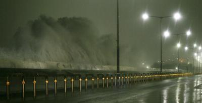 JEJU (COREA DEL SUR).- Fuertes olas se levantan sobre una vía debido al paso del tifón Chaba hoy, miércoles 5 de octubre de 2016, en la isla de Jeju (Corea del Sur). EFE