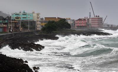 """BARACOA (CUBA).- Vista del malecón de la ciudad de Baracoa. El """"extremadamente peligroso"""" huracán de categoría 4 Matthew, que presenta vientos máximos sostenidos de 145 millas (230 km/h), descargará su furia sobre Cuba esta tarde, informó hoy el Centro Nacional de Huracanes (NHC) de EE.UU. EFE"""