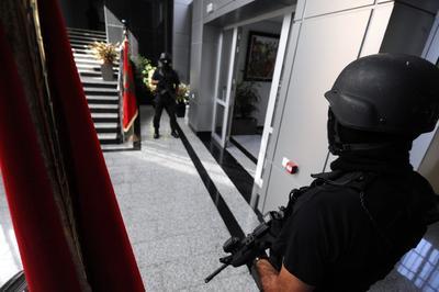 RABAT (MARRUECOS).- Miembros de las fuerzas especiales de Marruecos hacen guardia, en la entrada Oficina Central Marroquí de Investigación Judicial (BCIJ) en Rabat (Marruecos). Autoridades marroquíes desarticularon una célula terrorista conformada por diez mujeres que habían jurado lealtad al Estado Islámico (IS), y querían cometer ataques suicidas en ciudades de todo Marruecos. EFE