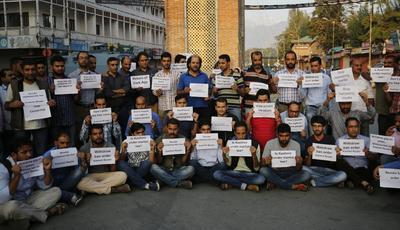 SRINAGAR (INDIA).- Periodistas de Cachemira muestran carteles durante una protesta frente a la Torre del Reloj Ghanta Gar, en Srinagar, capital de verano de la Cachemira India. Los periodistas protestaron contra la prohibición del diario inglés, Kashmir Reader impuesta por el Gobierno, que alegaba una incitación a la violencia en sus contenidos. El Kasmir Reader no publicó por segundo día consecutivo tras la prohibición. EFE