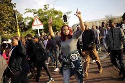 JOHANNESBURGO (SUDÁFRICA).- Estudiantes universitarios protestan en Johannesburgo, Sudáfrica. Varias personas han resultado heridas durante los disturbios ocurridos en el ámbito de las manifestaciones en contra del coste de la educación superior. EFE