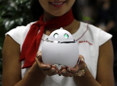 TOKIO (JAPÓN).- Vista de un robot ayudante doméstico con forma de huevo de la empresa Sharp durante la feria tecnológica CEATEC en Makuhari, cerca de Tokio, Japón. La feria se celebra del 4 al 7 de octubre. EFE/Yuya Shino