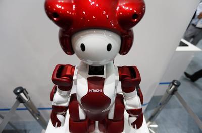"""TOKIO (JAPÓN).- Vista del robot humanoide """"Emiew3"""" de Hitachi durante la feria tecnológica CEATEC en Makuhari, cerca de Tokio, Japón. La feria se celebra del 4 al 7 de octubre. EFE"""