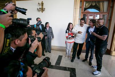 CAR203. CARACAS (VENEZUELA), 04/10/2016.- De izquierda a derecha (desde el centro), la primera dama de Venezuela Cilia Flores, el presidente de Venezuela, Nicolás Maduro, los actores estadounidenses Lukas Daniel Haas y Eric Marlon Bishop, conocido como Jamie Foxx, posan durante una reunión hoy, martes 4 de octubre del 2016, en el Palacio de Miraflores en Caracas (Venezuela). EFE/MIGUEL GUTIÉRREZ