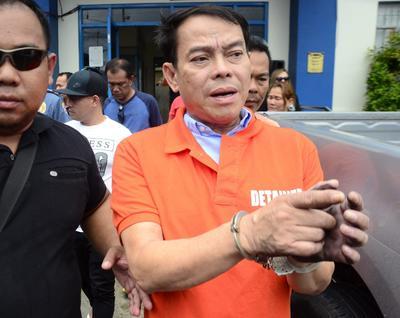 ALBUERA (FILIPINAS).- El alcalde de Albuera, Roland Espinosa, tras su arresto en Albuera, Filipinas. Espinosa ha sido detenido por su supuesta conexión con el tráfico de drogas. EFE