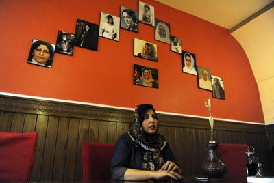 KABUL (AFGANISTÁN).- Homira Kohzad, dueña del restaurante familiar Bost, posa en uno de los rincones del establecimiento en Kabul, Afganistán. Se trata de la primera iniciativa empresarial llevada únicamente por mujeres en todo el pais. En el Bost Family, mujeres víctimas de la violencia doméstica sirven comidas a las familias, particularmente a aquellas que quieren comer en un ambiente libre y seguro, lejos del hostigamiento que sufren en la ciudad de Kabul. EFE