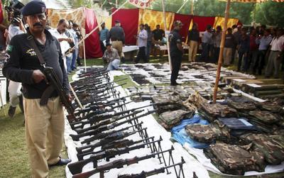 KARACHI (PAKISTÁN).- Las autoridades muestran el armamento incautado tras realizarse una redada en Karachi (Pakistán). Varias noticias señalaron que la policia se incautó gran cantidad de explosivos, detonadores, armas y munición de un tanque de agua en la zona de Azizabad, en Karachi. EFE