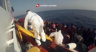 (ITALIA).- Fotograma cedida, y facilitada ayer por la Guardia Costera italiana que muestra a la embarcación de varios refugiados a un barco durante una operación de rescate guiada por la Guardia Costera italiana cerca de Lampedusa. Un total de 4.655 inmigrantes fueron rescatados este martes en distintas operaciones de salvamento en el Canal de Sicilia, en las que además fueron hallados los cuerpos sin vida de 28 personas. EFE
