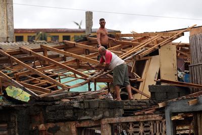 BARACOA (CUBA).- Cubanos se recuperan, de los destrozos y estragos causados por el paso del huracán Matthew en Baracoa, provincia de Guantánamo (Cuba). El huracán Matthew dejó a su paso por Cuba graves destrozos en el extremo oriental de la isla, con derrumbes de viviendas totales y parciales, postes de electricidad tumbados y carreteras cortadas por las inundaciones, que han incomunicado totalmente varios municipios. EFE