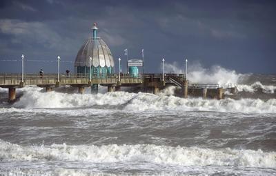 ZINNOWITZ (ALEMANIA).- Las olas rompen en el muelle del complejo turístico Usedom en Zinnowitz, Alemania. Las autoridades meteorológicas de Alemania advirtieron de posibles lluvias torrenciales en el Mar Báltico. EFE