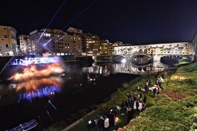 """FLORENCIA (ITALIA).- Un grupo de personas observa la proyección de la película estadounidense """"Inferno"""" de Ron Howard, en Florencia (Italia). Las imágenes tienen un efecto tridimensional y se reflejan directamente sobre el agua. EFE"""