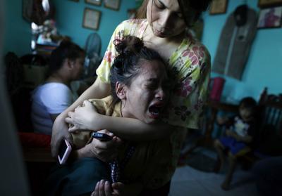 """MANILA (FILIPINAS).- Una joven filipina llora tras conocer que su madre ha muerto a manos de supuestos narcotraficantes que sospechaban que la víctima daba información a la policía, en Manila, Filipinas. Los filipinos están """"muy satisfechos"""" con los tres primeros meses de mandato del presidente del país, Rodrigo Duterte, pese a su violenta campaña contra las drogas en la que más de 3.500 personas han muerto, y sus polémicas declaraciones, según una encuesta publicada hoy. El sondeo de Social Weather Station indica que un 76 por ciento de los 1.200 adultos entrevistados aprueba la gestión del controvertido mandatario, mientras que sólo un 11 por ciento dice estar insatisfecho y, otro 13 por ciento se muestra indeciso. EFE"""