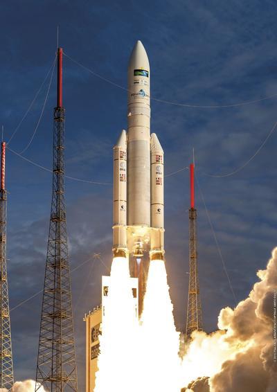 KOROU (FRANCIA) 06/10/2016.- Fotografía cedida por el Centro Espacial francés (CNES), que muestra al cohete Ariane 5 mientras despega de una plataforma de lanzamiento en el Puerto Espacial de Kourou, Francia. El cohete despegó con dos satélites de comunicaciones a bordo, el indio GSAT-18 y el Sky Muster II australiano. EFEEDITORIAL/ NO VENTAS