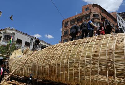 """LA PAZ (BOLIVIA).- El presidente de Bolivia, Evo Morales, visita en La Paz (Bolivia), el lugar donde se construye la balsa Viracocha III, fabricada con la planta """"totora"""", extraída del Titicaca. Morales mostró hoy su apoyo a la expedición Viracocha III, que intentará recorrer las casi 10.000 millas náuticas que separan a Chile de Australia en una balsa construida con juncos del lago Titicaca. EFE"""