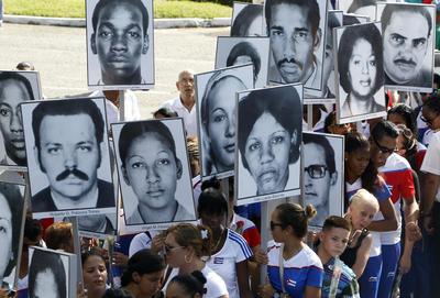 LA HABANA (CUBA).-Familiares de las víctimas del acto terrorista a un avión de Cubana de Aviación en 1976 en las costas de Barbados donde murieron 73 personas, exigen justicia, en una peregrinación en el cementerio de Colon, en La Habana (Cuba). EFE