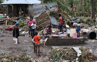 LES CAYES (HAITI).- Una familia se reúne en medio de los escombros, en Les Cayes (Haití), tras el paso del huracán Matthew por la isla. Las autoridades de Protección Civil de Haití informaron hoy que aumentó a 264 el número de personas fallecidas como consecuencia del huracán Matthew, que el martes pasado azotó el empobrecido país. EFE