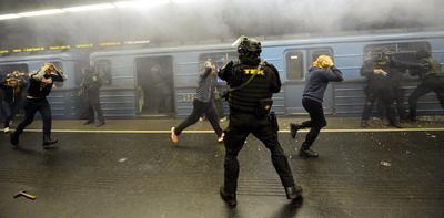 BUDAPEST (HUNGRÍA).- Miembros del Centro Antiterrorista TEK participan en un simulacro de ataque en una estación de tren de Budapest, Hungría. EFE