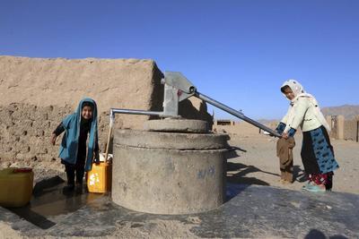 HERAT (AFGANISTÁN).- Niños afganos recogen agua en las afueras de Herat (Afganistán). Según la misión de la ONU en Afganistán (Unama), 5.166 civiles, entre ellos 388 niños, han muerto en la primera mitad de este año. EFE/Jalil Rezayee