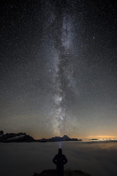 GRYON (SUIZA).- Fotografía que muestra una persona observando la Vía Láctea en la cumbre del Croix des Chaux/Chaux Ronde (2.012 metros de altitud) en Gryon VD, en el oeste de Suiza. EFE