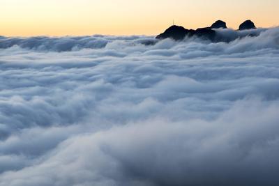 GRYON (SUIZA).- Fotografía que muestra un mar de nubes al atardecer en la cumbre del Croix des Chaux/Chaux Ronde (2.012 metros de altitud) en Gryon VD, en el oeste de Suiza. EFE