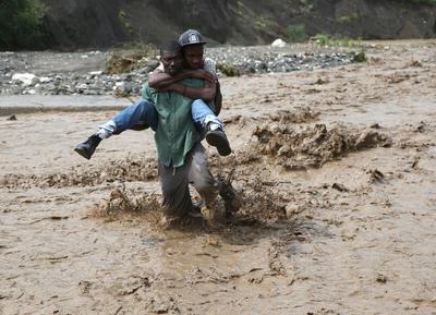 """El ojo del """"extremadamente peligroso"""" huracán """"Matthew"""" tocó tierra en Haití como categoría cuatro."""