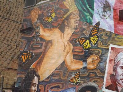 CHICAGO (IL, EEUU).- Vista del mural en el barrio La Villita, en Chicago, creado en los años 80 por el muralista Vicente Mendoza y renovado recientemente por el artista y muralista Robert Valadez. El movimiento muralista en EE.UU. sigue adornando, cincuenta años después de su surgimiento, el paisaje urbano de las ciudades del país con imágenes creadas por y para hispanos, aunque este arte se ha adaptado a los nuevos tiempos con nuevas técnicas y mensajes. EFE