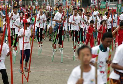 Yakarta (Indonesia).- estudiantes indonesios en sus zancos como parte de TAFISA mundo Deportes en Jakarta, Indonesia. Al menos 1.200 estudiantes están participando en un intento de récord mundial Guinness en TAFISA Mundial de Deporte. El evento se lleva a cabo para celebrar las culturas del mundo y deportes tradicionales. EFE