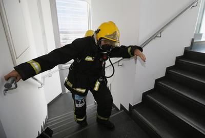 MADRID, España.- Uno de los 120 bomberos del Ayuntamiento de Madrid que han ascendido hoy hasta la planta 33 portando los 30 kilos que pesa el equipo de intervención, en la quinta carrera vertical Torre Espacio, durante la prueba contrarreloj. EFE
