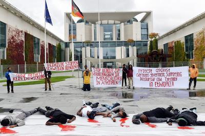 Berlín (Alemania).- etíopes que viven en Alemania protesta contra la próxima visita de la canciller alemana, Angela Merkel, en Etiopía, fuera de la Cancillería Federal en Berlín, Alemania. Los manifestantes aparentan han sido ejecutados, con el fin llamar la atención sobre violaciones de derechos humanos. EFE
