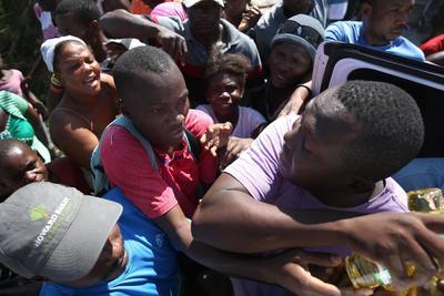LES CAYES (HAITÍ).- Damnificados por el paso del huracán Matthew, pelean por recibir ayuda en el albergue del liceo Phillippe Griellee, en Les Cayes (Haití). El Gobierno de Haití continúa hoy evaluando los severos daños y las víctimas provocadas por el huracán Matthew que, según balances provisionales oficiales, dejó 271 muertos aunque fuentes de organismos de socorro y autoridades locales aseguran que son más de 800. EFE