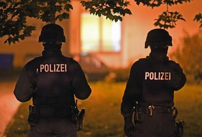 Chemnitz (Alemania).- Un agente de la policía alemana asegura una zona residencial cerrada de Chemnitz, Sajonia, Alemania. Una gran operación policial ha estado en marcha en la zona y han detenido a tres personas después de se plantearon sospechas sobre un posible ataque con bomba. EFE