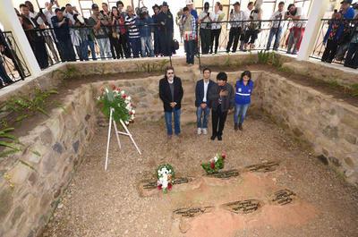 """VALLEGRANDE (BOLIVIA).- El presidente de Bolivia, Evo Morales (2d), y el ministro cubano Abel Prieto (i), visitan, en el pueblo de Vallegrande (Bolivia), la tumba de los guerrilleros, al inaugurar el Centro Cultural Ernesto """"Che"""" Guevara para conmemorar los 49 años de la muerte del combatiente en La Higuera, situada cerca de ese poblado. Morales destacó en un discurso la figura del """"Che"""" y anunció que en 2017 organizará homenajes internacionales cuando se cumpla medio siglo de la ejecución del revolucionario y lo hará con actos a los que espera la asistencia del presidente cubano, Raúl Castro. EFE"""