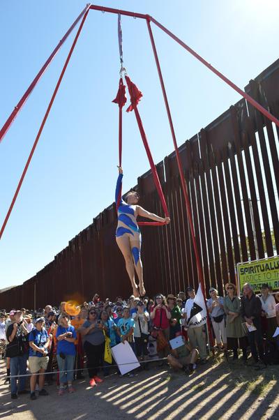 Nogales, Arizona.- Cientos de manifestantes se congregaron hoy en ambos lados de la frontera entre México y Estados Unidos, en una protesta binacional conjunta, para demandar el cese de la militarización en la zona y frenar la construcción de muros. NOTIMEX