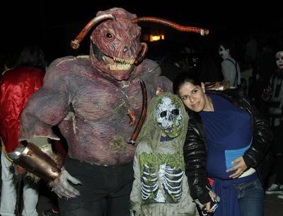 """Tlalpujahua, Mich..- En el tercer día de actividades Festival Internacional de Cine Fantástico, Terror y Sci-Fi, Feratum llevá a cabo la tradicional """"La marcha de las bestias"""". NOTIMEX"""
