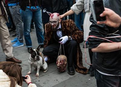 París (Francia).- Un hombre vestido como un zombi participa en una caminata por el Día Mundial del zombi 2016 en París, Francia. Más de 50 ciudades de todo el mundo participan en el festival de terror en todo el mundo que se celebra en un esfuerzo para aliviar el hambre y la falta de vivienda. EFE