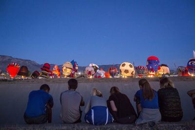 ALBUQUERQUE (EE.UU.).- Espectadores asisten a la versión 45 del Festival Internacional de Globos de Albuquerque (EE.UU.). EFE