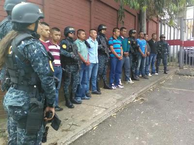 CIUDAD DE GUATEMALA ( GUATEMALA).- Miembros del Ejército de Guatemala detenidos, son custodiados por autoridades en Ciudad de Guatemala. El Ejército de Guatemala se mostró hoy respetuoso del proceso judicial y dispuesto a colaborar tras la detención de 13 militares acusados de asesinar a golpes a un joven en diciembre del año pasado. Un total de 13 soldados de una Brigada Militar, entre cabos, sargentos, tenientes, especialistas y policías militares, fueron detenidos este domingo acusados de matar el 23 de diciembre de 2015 a golpes a Héctor Donaldo Contreras Sánchez, en el municipio capitalino de Mixco. EFE