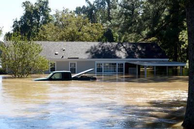 Carolina del Norte, EE.UU.- Una casa y el carro se sumergen después de las inundaciones causadas por el huracán Matthew, en Hope Mills, Carolina del Norte, EE.UU.. El huracán Matthew es responsable por al menos siete muertes en el Carolina del Norte y cientos en Haití, según los informes. EFE