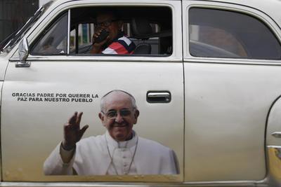 """CALI (COLOMBIA).- Vista de un vehículo con una imagen del Papa Francisco, durante la marcha """"SI + NO X la paz"""" en Cali (Colombia). Los manifestantes expresaron el deseo de la finalización del conflicto con las Farc y alcanzar la paz en Colombia, haciendo un llamado a la reconciliación nacional e invitando a los distintos sectores a respaldar procesos en pro de dicho objetivo. EFE"""