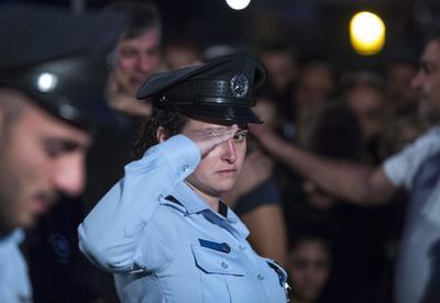 Jerusalén (Israel).- Una mujer policía  israelí saluda después de depositar una corona en la tumba de policía israelí sargento 1° Yosef Kirme en el monte Cementerio militar de Herzl en Jerusalén. Kirme murió el día de hoy en un tiroteo con un palestino de la zona de Jerusalén, que abrió fuego a automóviles de turismo en el este de Jerusalén, matando a dos personas antes de ser asesinado. El atacante palestino, según la policía, debía comenzar a cumplir una pena de cárcel por agredir a un agente de la policía israelí. EFE