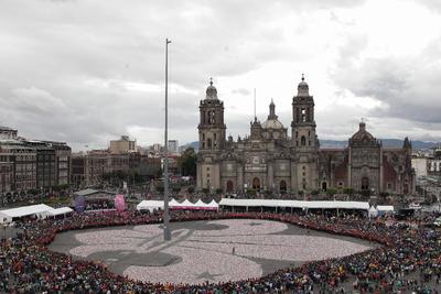 """CIUDAD DE MÉXICO,(MÉXICO).- Vista de el Zócalo en Ciudad de México (México), donde miles de niños y jóvenes """"Scouts"""", coleccionaron mas de un millón de latas de aluminio para formar la """"Flor de Lis"""" de 70 metros, con el objetivo de venderlas para obtener recursos que serán donados al Centro de Atención Integral de Labio y Paladar Hendido AC, y consiguieron además el Record Guinness. EFE"""