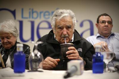 """SANTO DOMINGO (REPÚBLICA DOMINICANA).- El expresidente de Uruguay José Mujica durante una conferencia de prensa, en Santo Domingo (República Dominicana). Durante su estadía en el país el ex mandatario realizará varias actividades culturales y académicas, entre ellas la puesta en circulación de un libro, recibirá un doctorado """"honoris causa"""" que le entregará la Universidad Autónoma de Santo Domingo (UASD). EFE"""